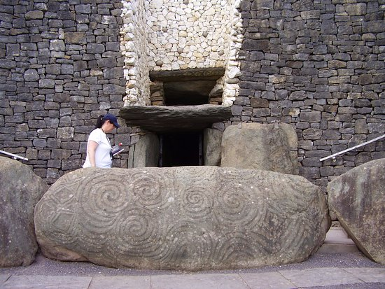 Donore, ไอร์แลนด์: Megalithic art at entrance to the chamber.