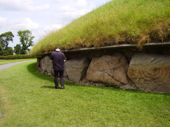 Donore, ไอร์แลนด์: Carved stones around the main mound at Knowth.