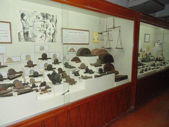 Chiang Saen, Thailand: Exposición de artefactos antiguos para inhalar opio