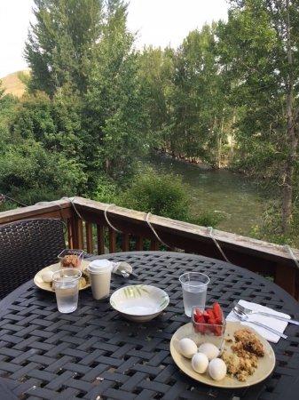 Twisp, WA: Breakfast with a river view.