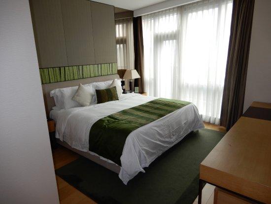 fraser suites chengdu slaapkamer met elektrische gordijnen
