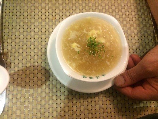 Antoing, เบลเยียม: Entrée n 1 : salade de soja & legumes, n 2 beignets de scampis, n 3 crème nid d hirondelle. Le t