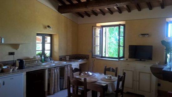 B&B Casa Laura: Cucina appartamento con camino