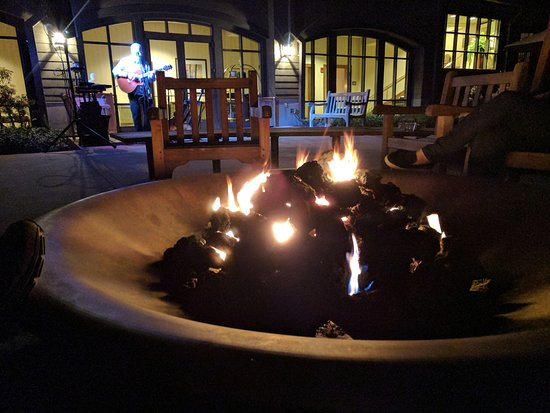 Hawley, Pensilvania: Evening fire pit with a good show