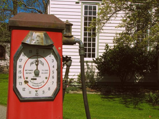 Greytown, Nowa Zelandia: Petrol pump outside firestation