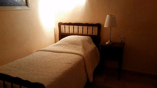 Caunes-Minervois, Frankrike: small bed in the first room