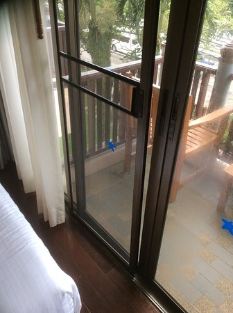 Seaview Patong Hotel: Damaged balcony doors
