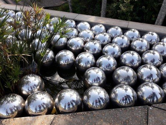 Inhotim : Obra Narciso... seu reflexo fica em todas as bolas metálicas