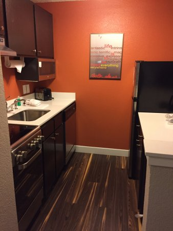 TownePlace Suites Fort Worth Southwest/TCU Area: Full kitchen in regular queen room