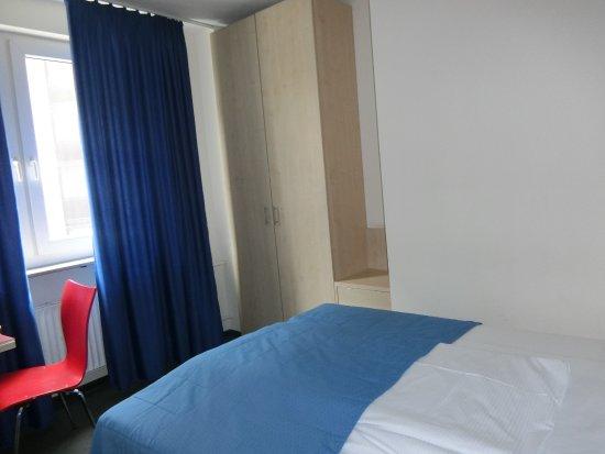 Münchener Hof Hotel: 部屋(大通り側)