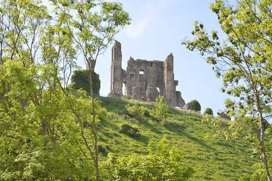 Corfe Castle, UK: View from the parking lot