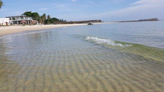 Bintan Lagoon Resort: Restaurant at beach