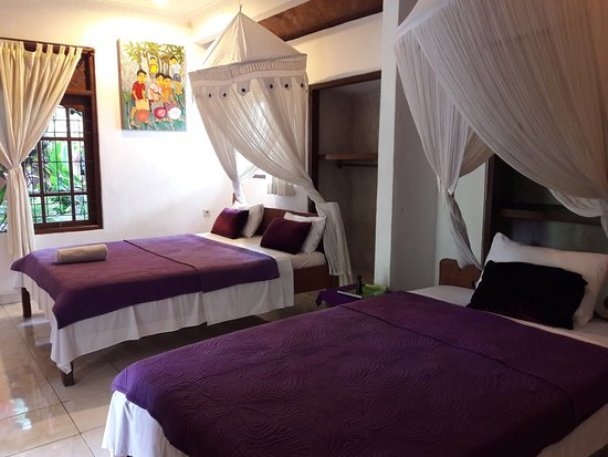 Nirwa Ubud Homestay: Family room with one double bed and a singgle bed