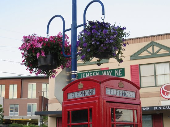 Keyport, WA: Town of Poulsbo ... about a 10 minute drive. Very nice!!