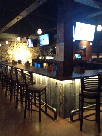Longmont, CO: Nice Bar area, with plenty of sports