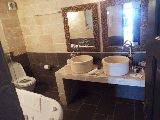 Homeric Poems: Telemachos - main bathroom with tub/shower combo