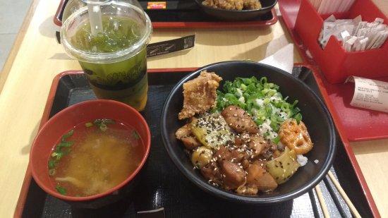 delstaten Sao Paulo: té verde matcha con jalea de mango, sopa de callampas(?) y el plato es arroz con pollo teriyaki