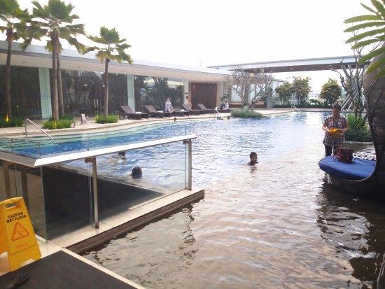 هيلتون باندونج: very nice pool