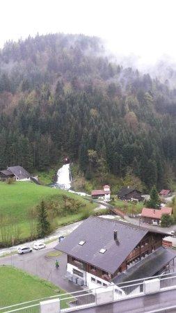 Jaun, Sveits: L'impressionnante cascade vu depuis l'hôtel