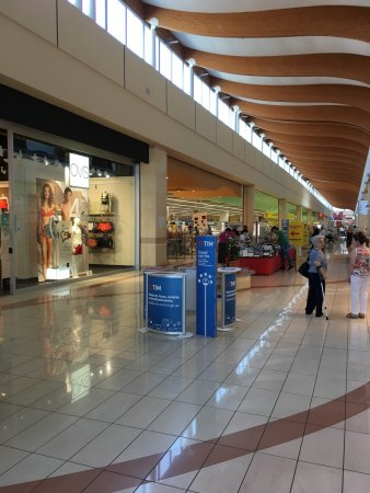 Piacenza, Italy: There are few giant stores in the mall, huge supermarket as well as electronic products shop, et