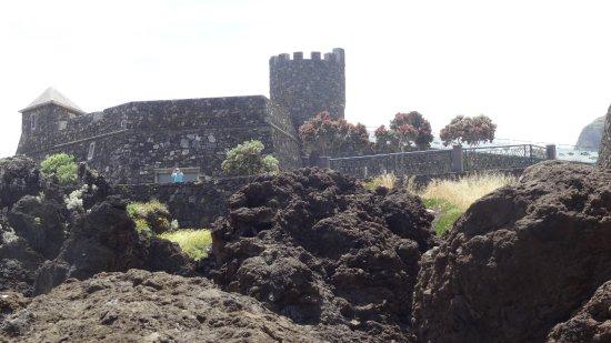 Porto Moniz Natural Swimming Pools: Château sur le bord de mer (très belle vue)