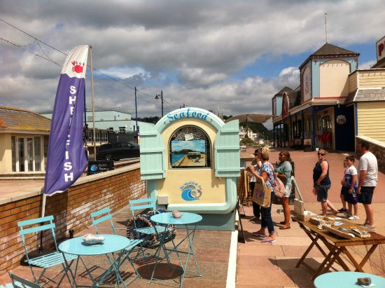 Тинмут, UK: The 'old'Blue Hut has relocated to The Shellfish Pot at the end of the Pier