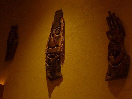 Las Brisas Huatulco: Arte en la pared.