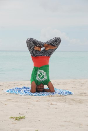 Thulusdhoo Island: Lotus headstand on the beach