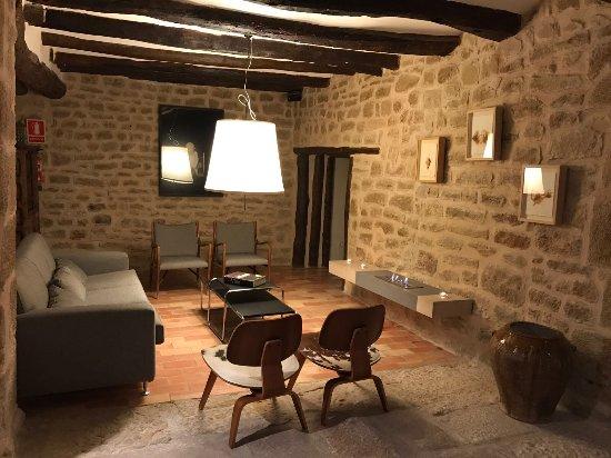 Boutique Hotel El Cresol: Zona de chimenea en la bodega