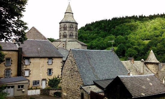 Orcival, Francia: La basilique vue dans le village