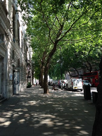 Citadines Trafalgar Square London: The GREEN Nortumberland Street, behind the Entrance of Citadines