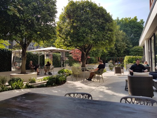 Bedford Hotel: The garden at the back of the hotel