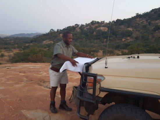 Badplaas, Sudáfrica: Vusi getting the drinks and snacks ready:)