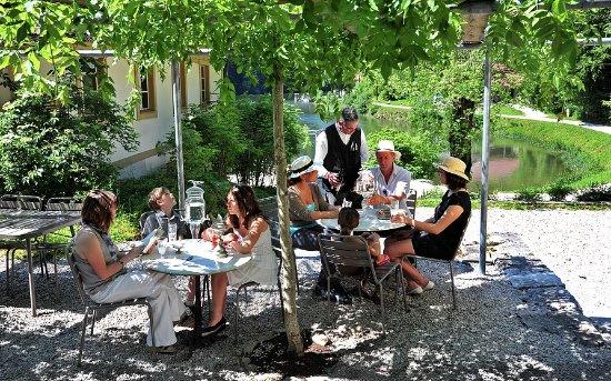Villers-le-Lac, France: Terrasse du restaurant l'Absinthe avec vue sur les bassins du Doubs