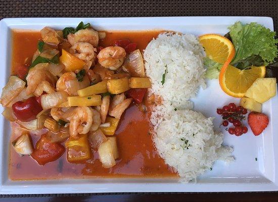 Натурно, Италия: Garnelen süß-sauer mit Reis und Gemüse