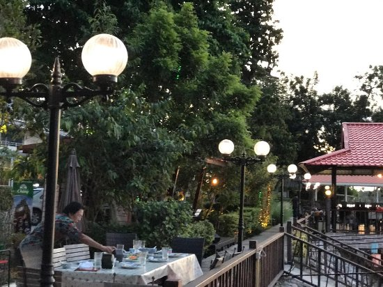 Kamphaeng Phet, Thailand: Getting ready for dinner... Early evening in the riverside garden dining area of Baan Nichapa