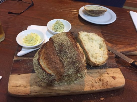 Milawa Commercial Hotel Restaurant: Cobb loaf with garlic and herb butter