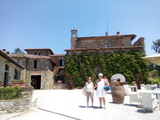 Contignano, Italien: la piazzetta e l'interno