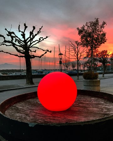 Lutry, Suisse : Red Sun