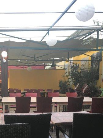 Mereville, Francia: Terrasse désordonnée en début de service