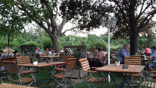 Maria Enzersdorf, Österreich: Seating outside is good and not too close to other people dining