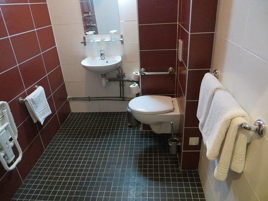 Royal Wagram: La salle de bains dans la chambre