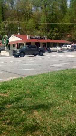 Lake Lure, Carolina del Norte: A view of the diner from across the street, next to the lake.