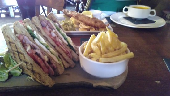 Holmfirth, UK: Fish and chips, club sandwich