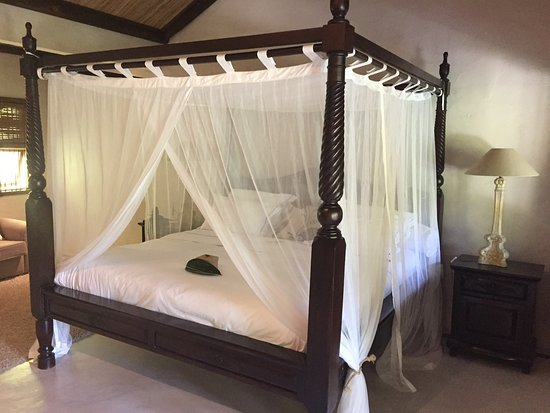 Lakaz Chamarel Exclusive Lodge: Bed in Dame Creole garden pool suite.
