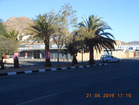 Springbok Hotel : Area in front of the hotel