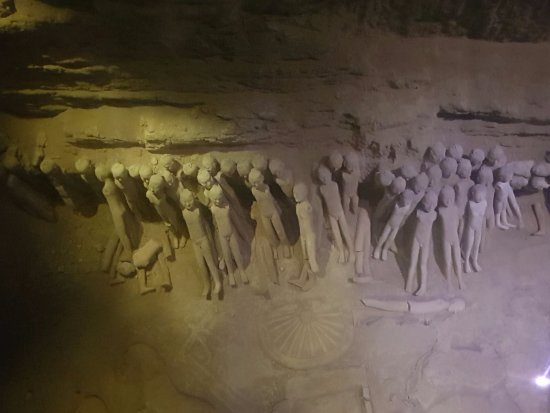 Xianyang, Cina: The statues in the tombs