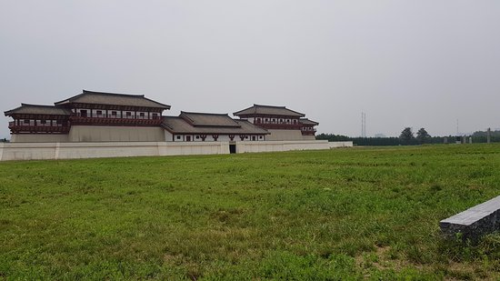 Xianyang, Cina: Restored ancient gate defending the access to the emperor burial mound