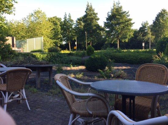 Uithoorn, Holland: Ungepflegter Garten und Terrasse