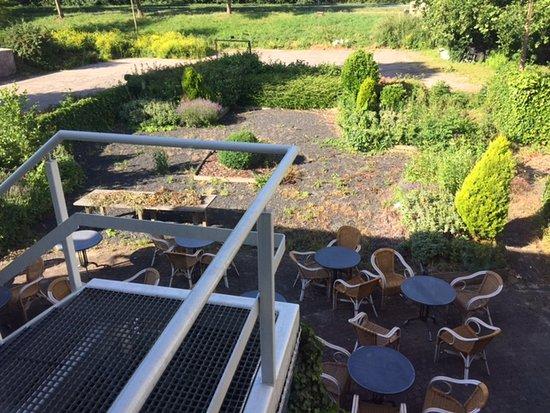 Uithoorn, Holland: Unkraut, Müll und Zigarettenkippen in Garten und Terrasse